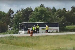 中国客游加拿大 巴士撞岩石1死24伤