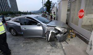 首尔男子驾车撞美使馆 动机不明  1人受伤