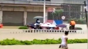 诡异台风袭广东暴雨成灾 高考生乘橡皮艇赴考