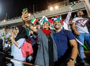 38年来头一遭 伊朗男女同进球场看世界杯