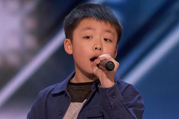华裔少年唱歌 《美国达人秀》评审拟赠狗(视频)