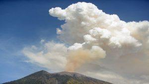 印尼阿貢火山噴發 巴厘島關閉機場近450航班取消