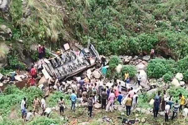 印度滿載乘客巴士墜谷 釀46死9傷