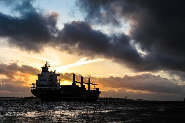 抢关税生效时限 陆货船变赛艇满载大豆狂飙