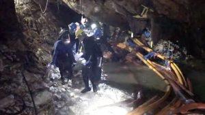 泰洞穴救人細節曝光 童昏沉躺擔架 抽水機故障險釀悲劇