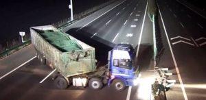 太奇葩!中国车主走错路 欲拆高速护栏调头
