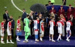 滂沱大雨真情流露 克羅地亞總統擁抱隊員
