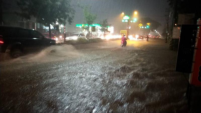 高雄雨勢又急又大 4千多戶停電 機場跑道破洞