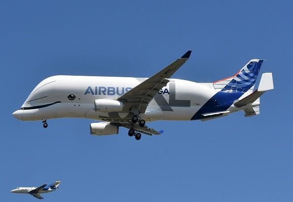 萬人見證空客「超級大白鯨」試飛 體形憨態可掬