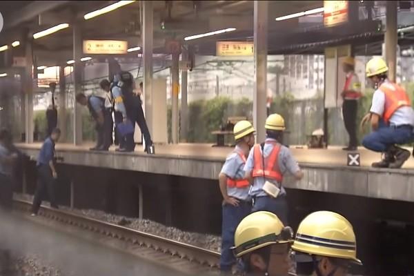邊走邊滑手機 日少年跨出月台慘遭列車捲入身亡