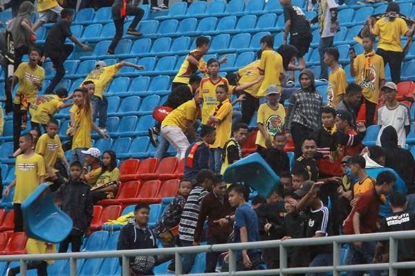 輸球憤怒 印尼亞運比賽場地遭球迷砸椅