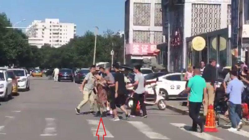 疑因分享爆炸视频 中共便衣美使馆现场抓捕一女子