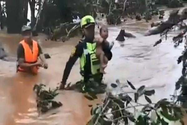 挺進老撾大壩潰堤災區 泰救援團「手抱男嬰」橫越湍急水流