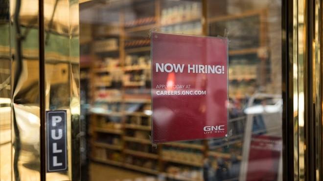 美國就業增長強勁 雇主降低招聘要求