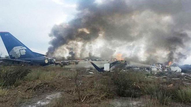 墨航空驚傳墜機至少80人傷 乘客走上公路求救