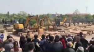 江西抢棺事件惹众怒 网民:为何不去抢毛尸