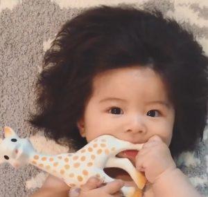 烏黑蓬鬆頭髮 爆毛寶寶吸引20萬人追蹤