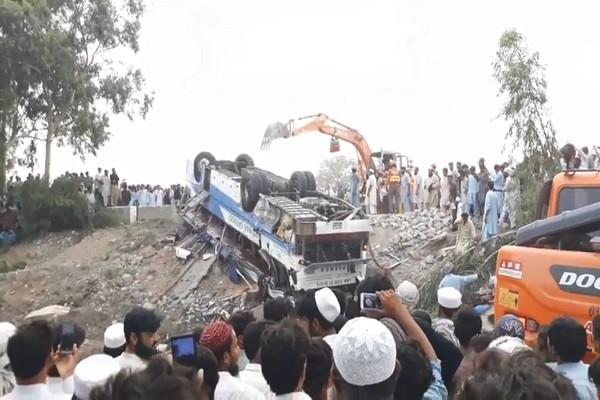 巴基斯坦巴士与油罐车相撞 酿至少18死25伤