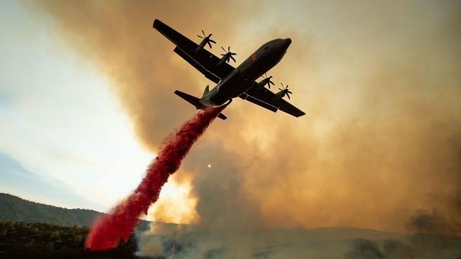 加州山火规模创历史纪录 C-130军用飞机加入灭火