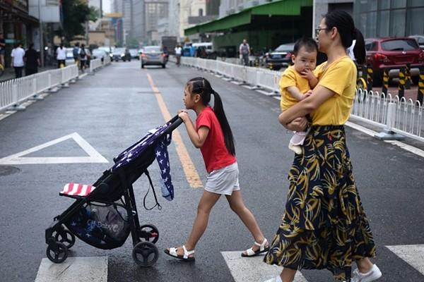上海女:生兩個跟碎鈔機一樣 生三個怎麼養?