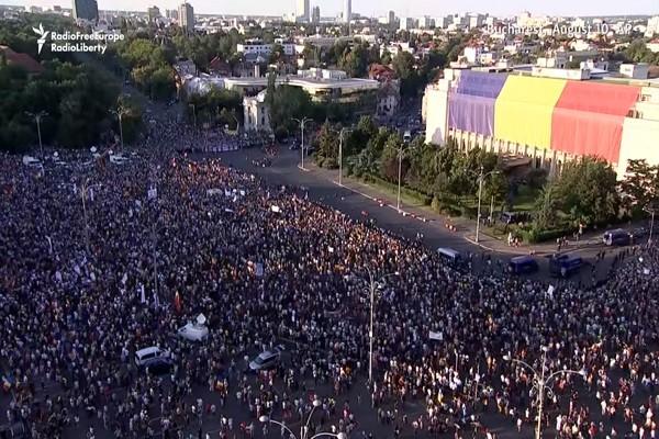 抗议贪腐 罗马尼亚逾10万人聚首都爆冲突