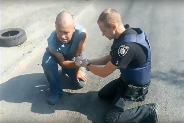 乌克兰男子接到拔鞘手榴弹 吓到腿软惊险求救