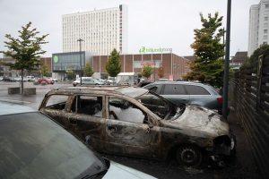 同時縱火燒逾百輛車 瑞典首相:到底想怎樣?