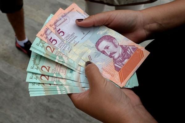"""委内瑞拉币""""一钱不值"""" 百姓:买手纸不如用钞票"""