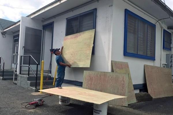 4级飓风雷恩扑向夏威夷 民众抢购物资