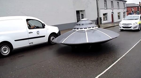 外星人家庭聚会后开UFO回家?警察在后紧追不舍