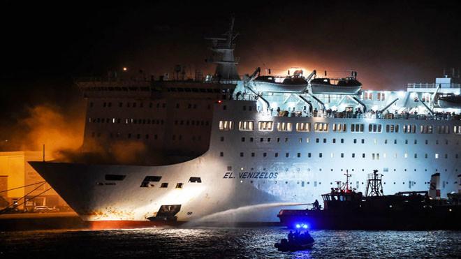 货车甲板失火 载约1040人希腊渡轮被迫返港