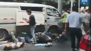广西面包车失控冲撞人群 致7死19伤(视频)