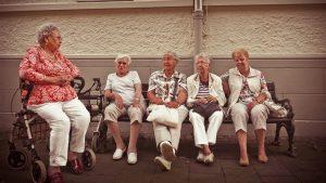 为什么这些大学生喜欢和老年人一起生活?