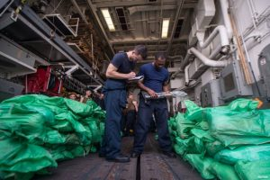 美海军也门外海查获 神秘小艇走私千支AK-47(视频)