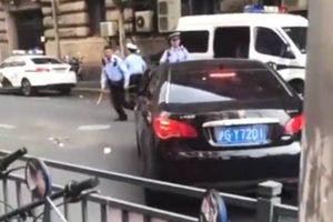上海网约车冲撞警察 猛撞路边警车(视频)