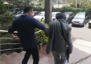左手拿錢右手打臉?肯尼亞警方持槍搜查中共官媒非洲總部