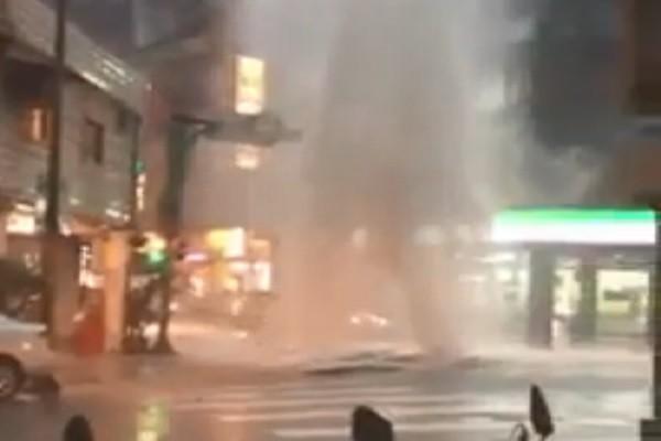 北市暴雨馬路成河 積水像「噴泉」