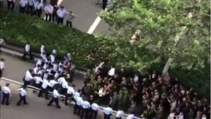 近千退伍川军维权与警冲突  对峙省府遭辣椒水镇压