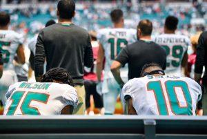 NFL球員唱國歌下跪收視率直落  川普:尊重國旗會回升
