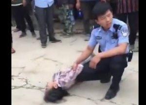 河南警察逞凶   农民工讨薪疑被当街勒死(视频)