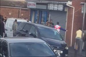 英国卢顿镇爆大规模械斗 数人遭刺伤送医救治