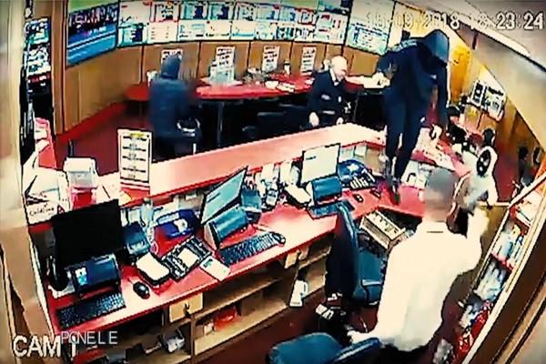 85岁老翁赤手空拳 助彩券经理打跑3名武装抢匪
