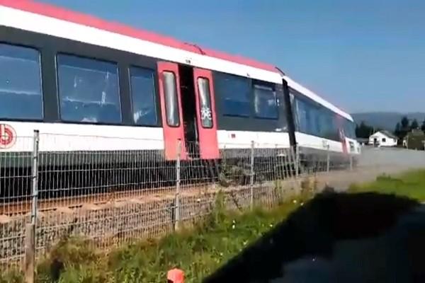 奥地利列车冲撞巴士 场面凌乱至少1死11人伤