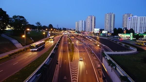 黑夜無路燈 汽車為何能在高速公路疾駛?