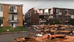 龙卷风肆虐加拿大 车翻屋毁一片狼藉30人伤