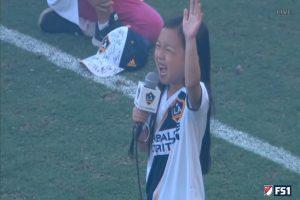 7岁亚裔女孩高亢歌声 MLS观众席上爆出如雷掌声