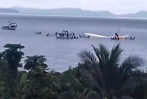 客機太平洋島國衝出跑道墜湖 47人奇蹟生還