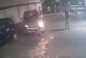 網友熱議的印度男孩  被捲入車底後淡定的起身玩球(視頻)