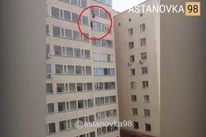 接不到就悲劇了!男童掛窗外 9樓住戶伸手要接