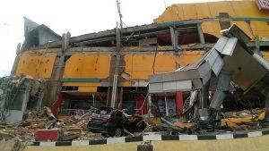 印尼地震海啸死亡升至832人 震央30万居民渺无音讯